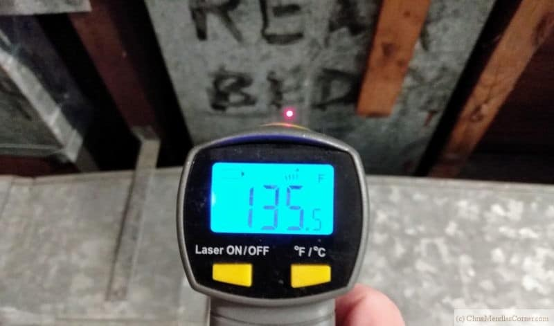 Checking the exterior temperature of a duct with a laser thermometer